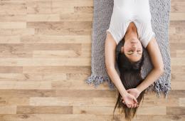 Jeune femme calme couchée au sol